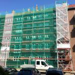 Fassaden- und Dachfanggerüst mit Podesttreppenturm nach TRBS 2121-1