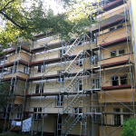 Fassadengerüst mit Podesttreppenturm nach TRBS 2121-1