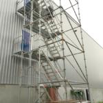 freistehender Podesttreppenturm mit Layher Allround Verbreiterung und Ballastierung