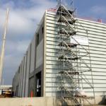 freistehender Podesttreppenturm mit innenliegender 1m Konsole für die Ausgänge