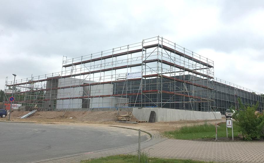 freistehendes Gerüst an einer Halle für Dacharbeiten und Fassadenarbeiten
